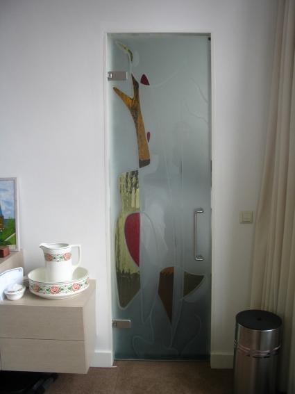 Badkamerdeur gedeeltelijk gezandstraald en voorzien van gekleurd glasapplique