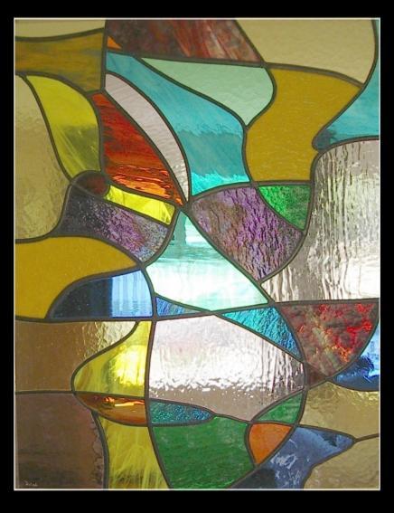 glas in lood met erotisch getinte vrouwelijke vormen