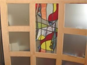 Glas in lood in in de ronding van de kast meegebogen