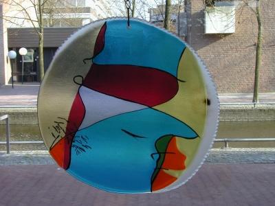 Raamhanger uitgevoerd in gefused Bullseye glas met gezandstraalde rand