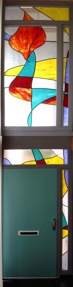 Glas in lood aan binnenzijde tegen het dubbelglas aangebracht