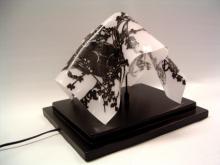 Lichtobject van gebogen gebrandschilderd opaline glas