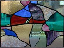 Raamhanger uitgevoerd in glas in lood van bestaande kleuren glas