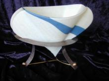 Twee-zijdig gebogen vaas op zilveren voet