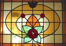 In tussenhal geplaatst glas in lood raam