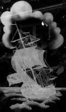 Gezandstraald raam met afbeelding van driemaster