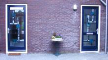 Voordeur en zijdeur, uitgevoerd in strak blokmotief